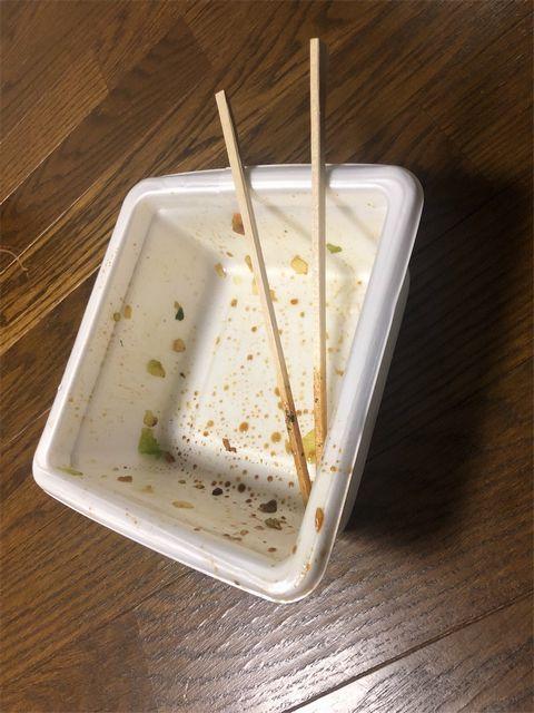 食べきって空になったカップ焼きそばのカップ。