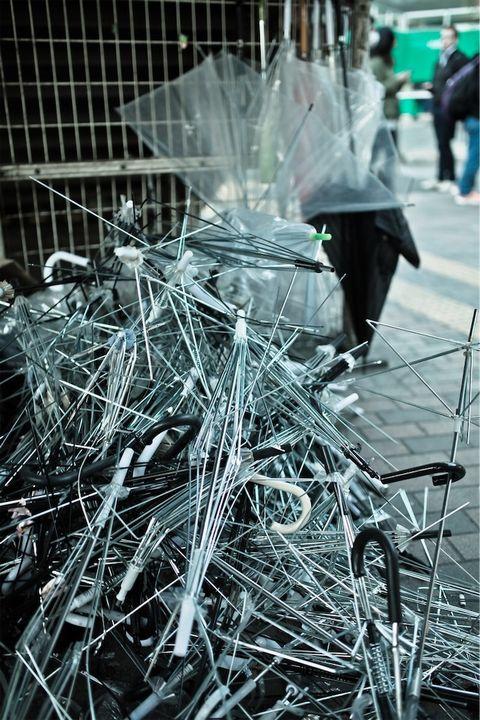 捨てたれて大量のビニール傘。
