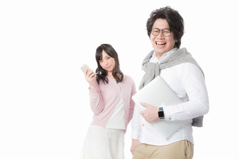 ノートPCを小脇に抱えた男性とスマホを掲げた女性のメディアレップをイメージさせる画像。