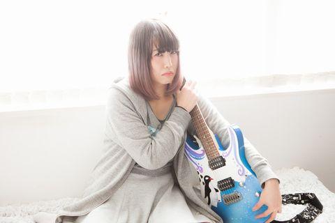取られまいと必死にギターを守る女性。