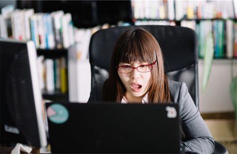 PCのエラーに驚く女性。