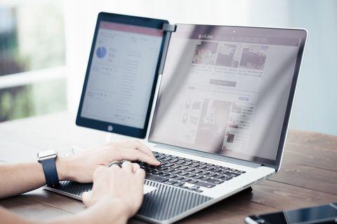 ノートパソコンに向かいて記事を書いている。