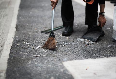 道を掃き掃除している。