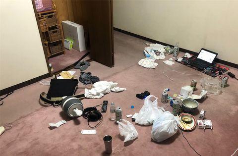 散らかったミニマリストの汚部屋。