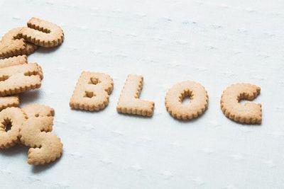 ビスケットで作られたアルファベットで「BLOG」と綴られている。