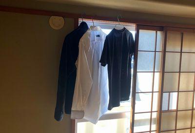 和室に干された衣類。