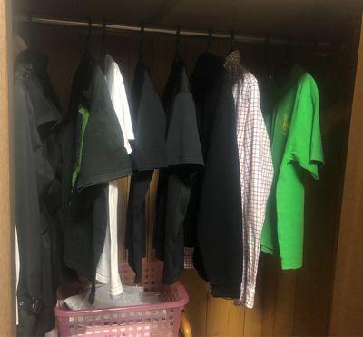 クローゼットに収納された服。