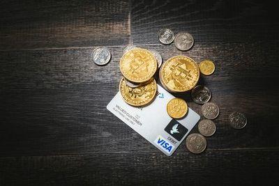 クレジットカードと散らばった硬貨。