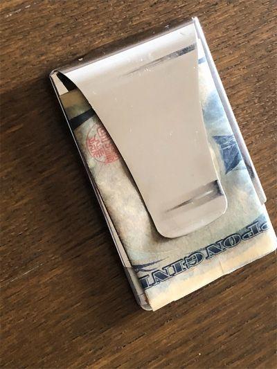 マネークリックに千円札が3つ折りで留められている。