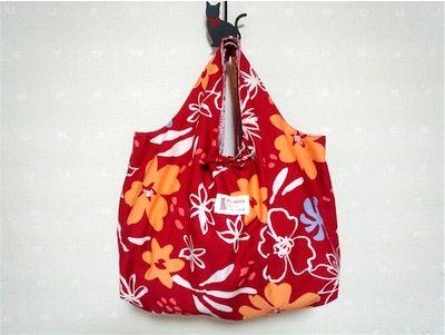 赤い風呂敷のような手提げバッグ。
