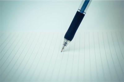 ルーズリーフの上を走るペン。