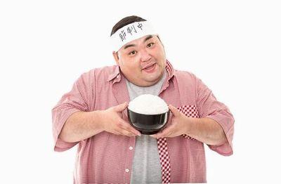 日本昔ばなし盛りのご飯ちゃんを持った肥満男性。
