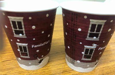 ファミリマートのホットコーヒーの2018年冬カップデザインネコの違い。