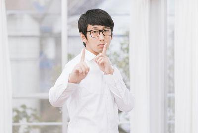 秘密を共有する白い服を着た男性。