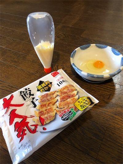 卵で羽付き餃子の材料。