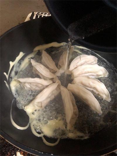 餃子に熱湯とかける。