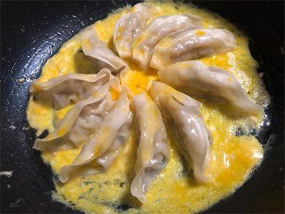 卵に包まれた餃子。
