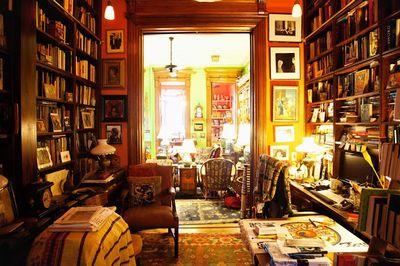 本棚に囲まれた部屋。