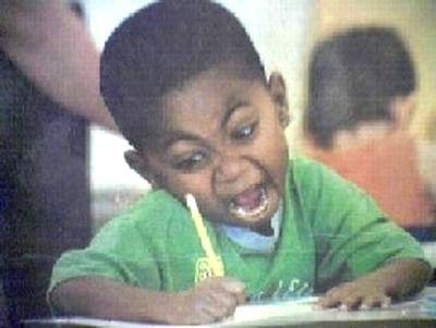 文字を書く少年。