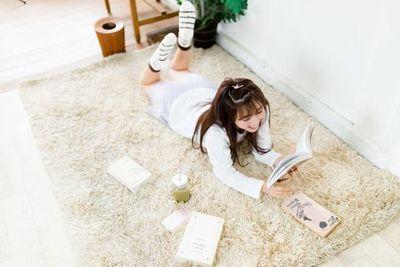 休日の昼間にゆるく過ごす部屋着を来た若い女性。