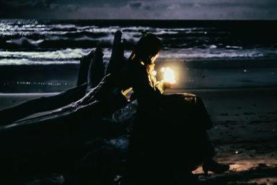 海に灯す儚い明かり。