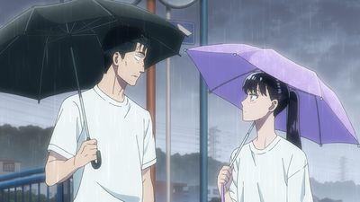 傘を指して向き合う中年男性と女子高生。