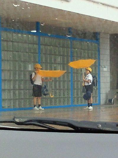 傘を裏返して遊ぶ子供たち。