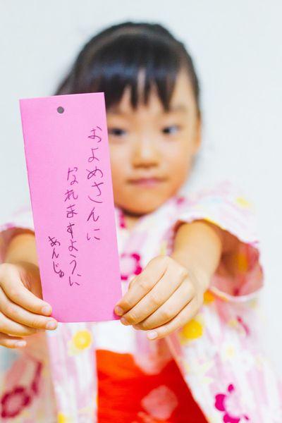 七夕の短冊にお願いを書いた女の子。