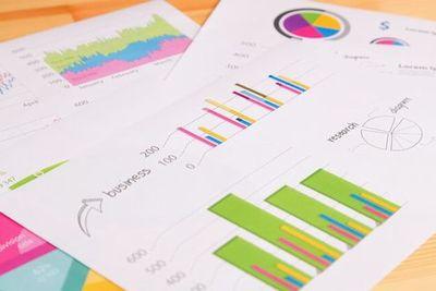 ビジネス用のグラフ資料が散らばっている。