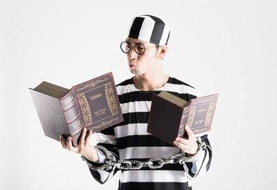 勉強をする囚人。