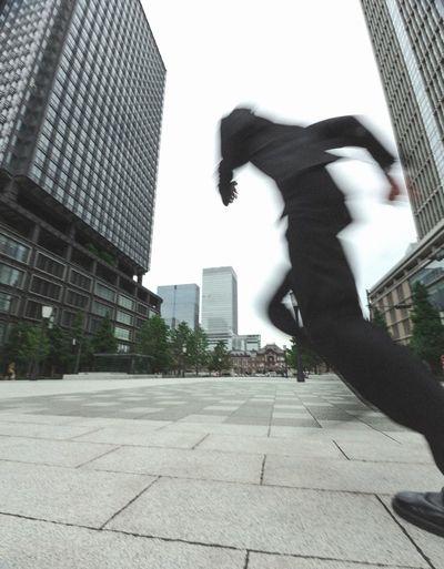 スーツで走るサラリーマン。