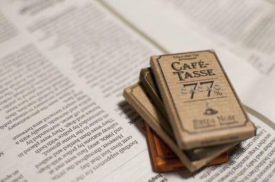 英字新聞の上に重ねられたビターテイストのチョコレート。