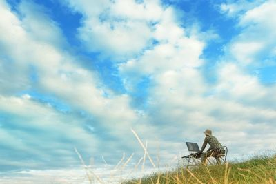草原で作業するノマド。