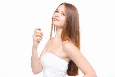 香水をふりかけるロシア美女。