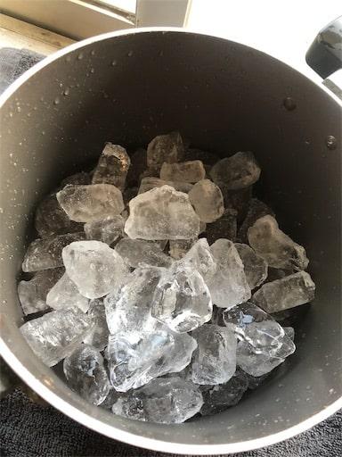 寸胴に張られた氷。