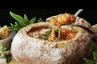 シチューの容器がパンで出来ている。