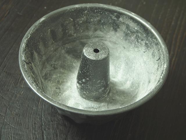 クグロフ型にバターを塗って薄力粉をはたいた様子
