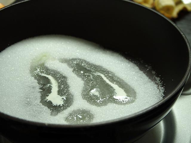 グラニュー糖・生クリームを火にかけた様子