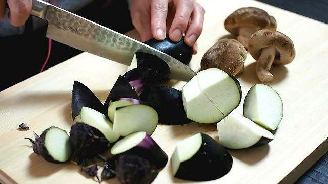 合鴨と茄子の煮物準備1