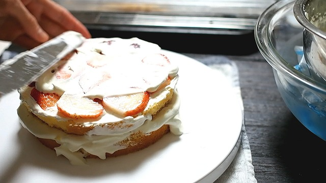 苺とクリームを挟む2段目