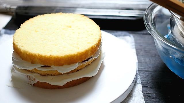 最後のスポンジケーキをのせる