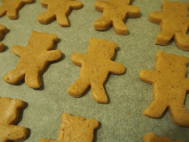熊の型のジンジャークッキー焼く前
