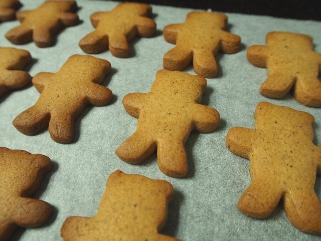 熊の型のジンジャークッキー焼き上がり