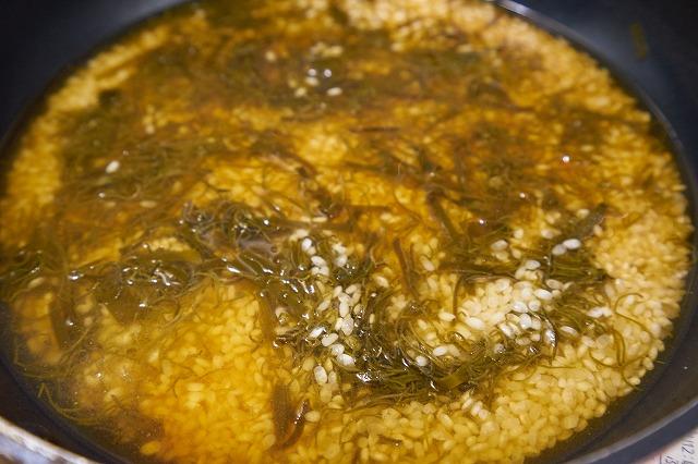 米・だし汁・調味料の上にめかぶと昆布をちらした様子