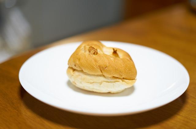 黒ゴマクリームのパン
