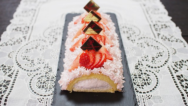 苺のムースロールケーキ