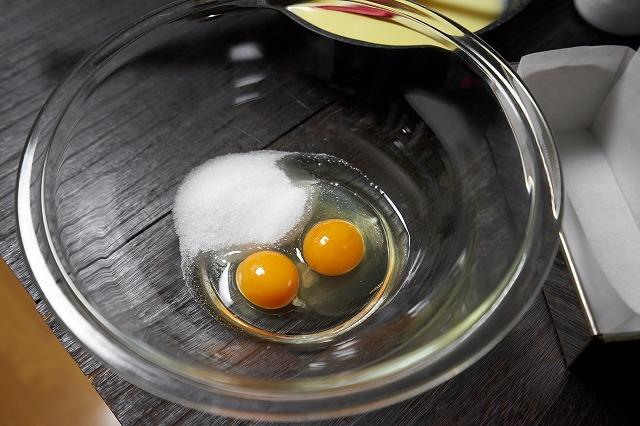 ボウルにグラニュー糖・卵を入れた様子