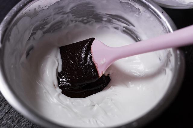 7分立てにした生クリームにチョコを混ぜる様子