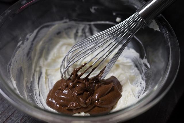 クリームチーズにチョコを混ぜる様子