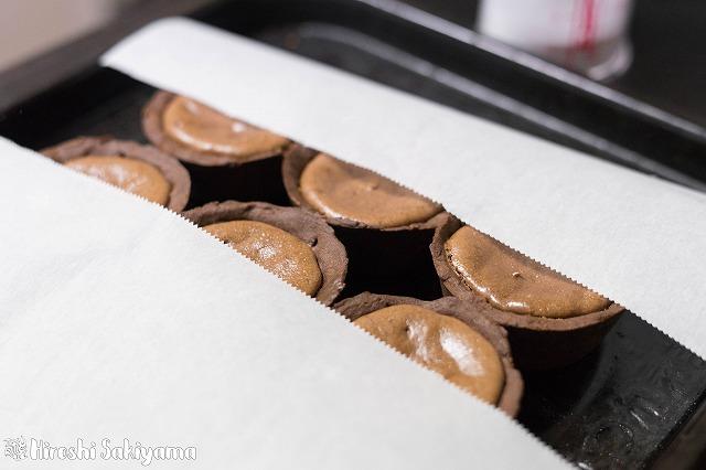 粉糖デコレーションの方法・・・半分にオーブン用シートをかぶせて粉糖をふります